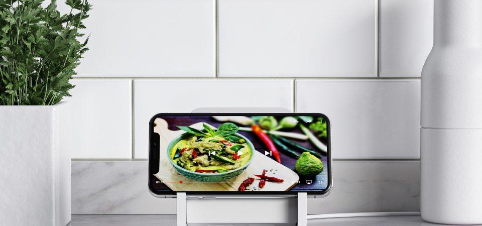 Încărcarea iPhone-ului este mai simplă și eficientă  cu Logitech POWERED Noua soluție de încărcare wireless pentru iPhone oferă posibilitatea de a încărca și utiliza telefonul simultan